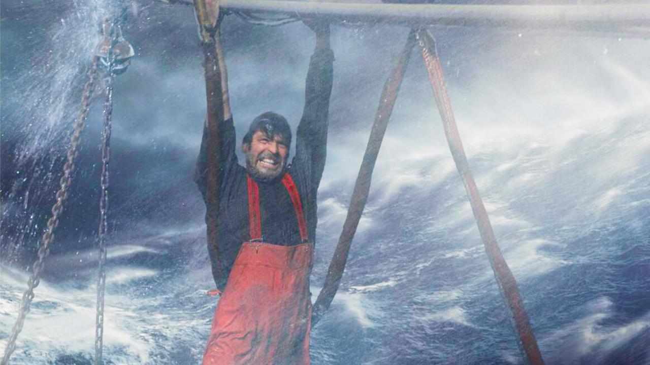 当男子看清大海上迎面而来的东西,心想完了,这回逃不掉了