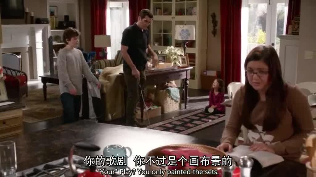 男子在家练习高尔夫,妻子和他聊天,他埋怨了妻子
