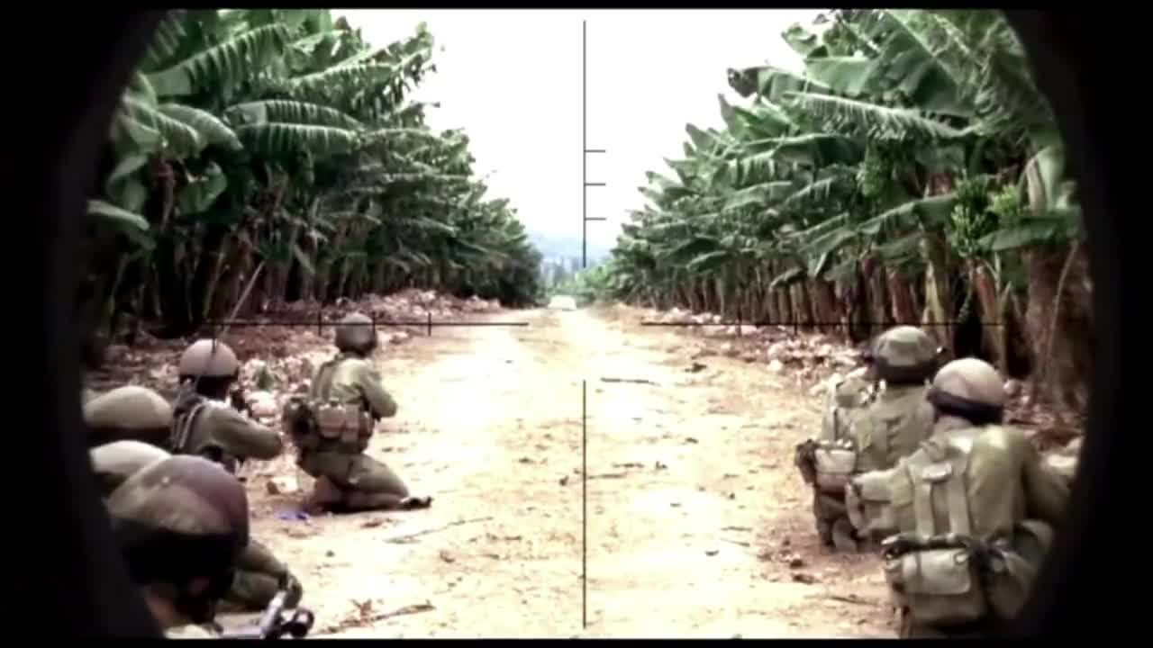 #经典看电影#面对恐怖分子,坦克驾驶员下不了手,幸好有步兵补枪