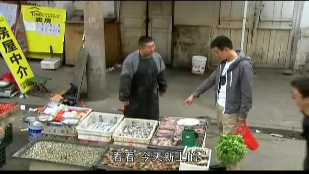男子买菜时因一条鱿鱼和小贩打架