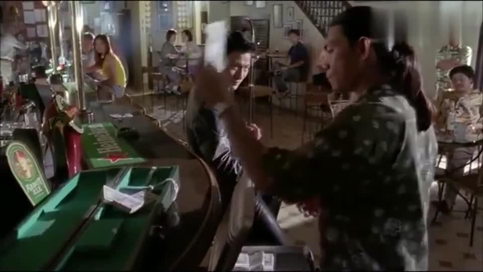 香港黑帮古惑仔得罪刘德华,华哥手起刀落一下制服古惑仔!