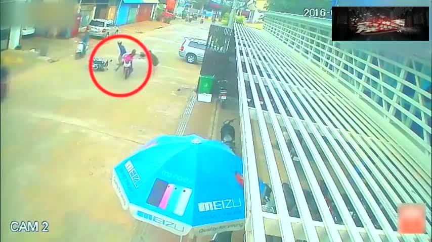 #车祸#女子发现到危险,提前做好准备,15秒后还是措手不及!