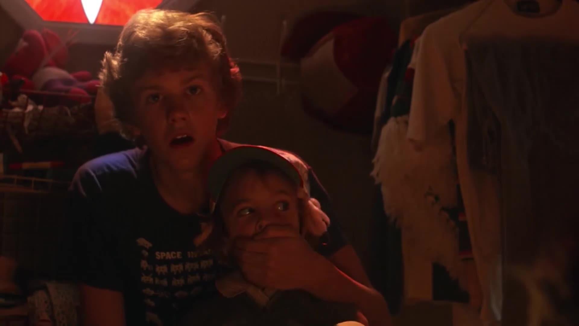 男孩给哥哥看外星人,不料妹妹闯了进来,一抬头吓坏了