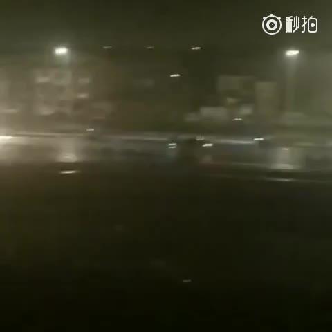 苏州虎丘婚纱城上演礼花大战,场面堪称影视大片