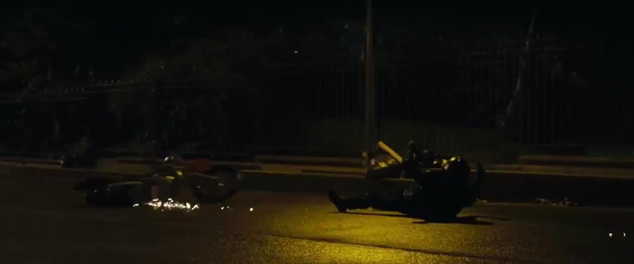 小伙骑摩托车跑路,不料黑帮一枪打碎车灯,看小伙如何逃生