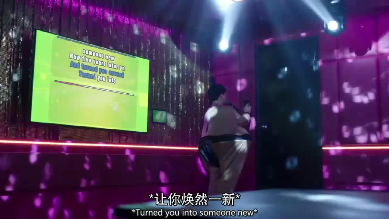 穿着玩偶服的男人和打扮妖艳的女人,在KTV里的浪漫被朋友打断