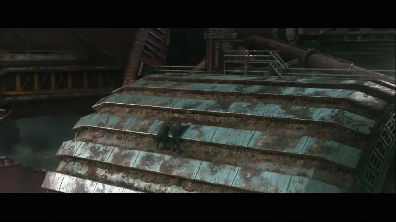 #电影迷的修养#男女遭遇钢铁丧尸追杀,两人疯狂逃窜险丧命