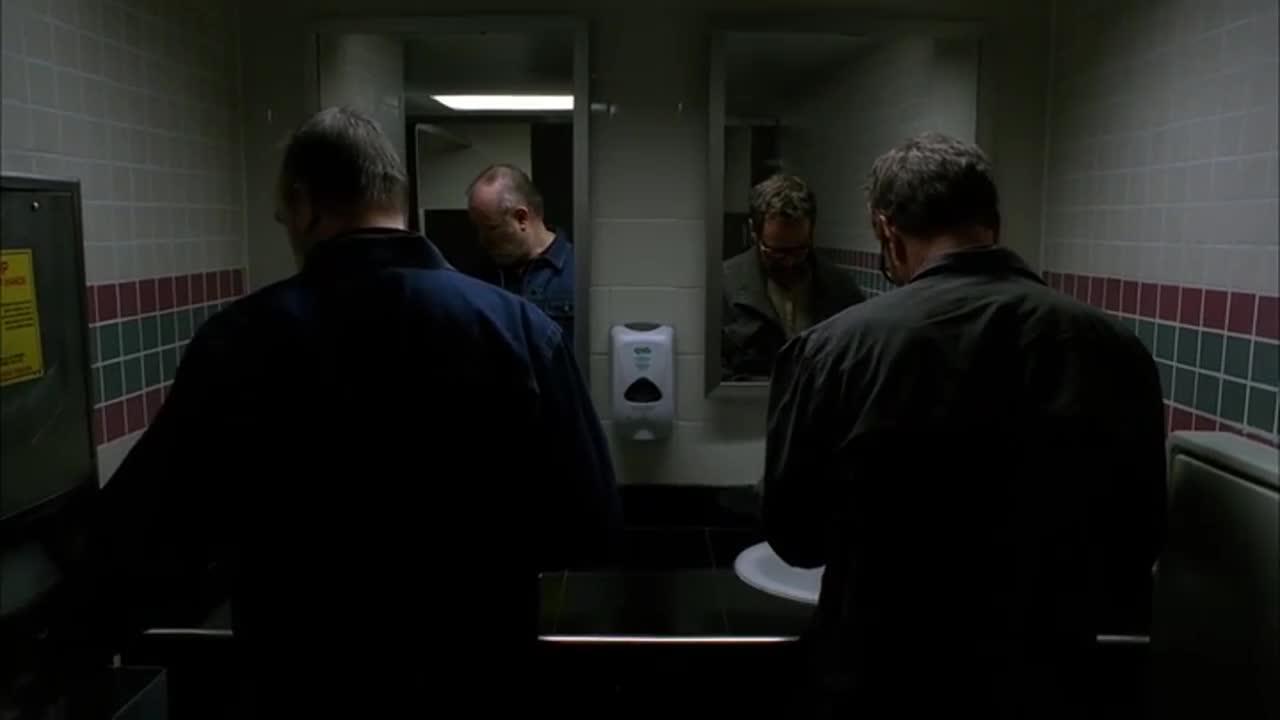 沃尔特与神秘人交换信物,他们到底在交易什么呢?
