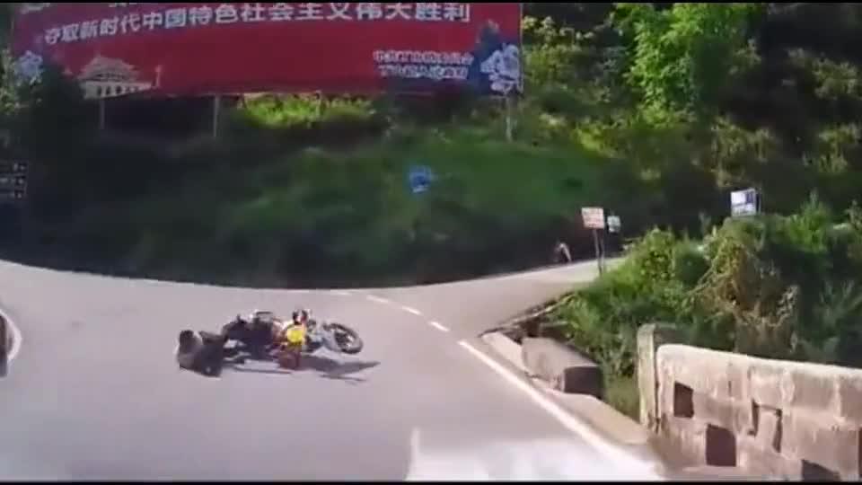 这车祸谁来也躲不过,摩托男子当场被了死刑!