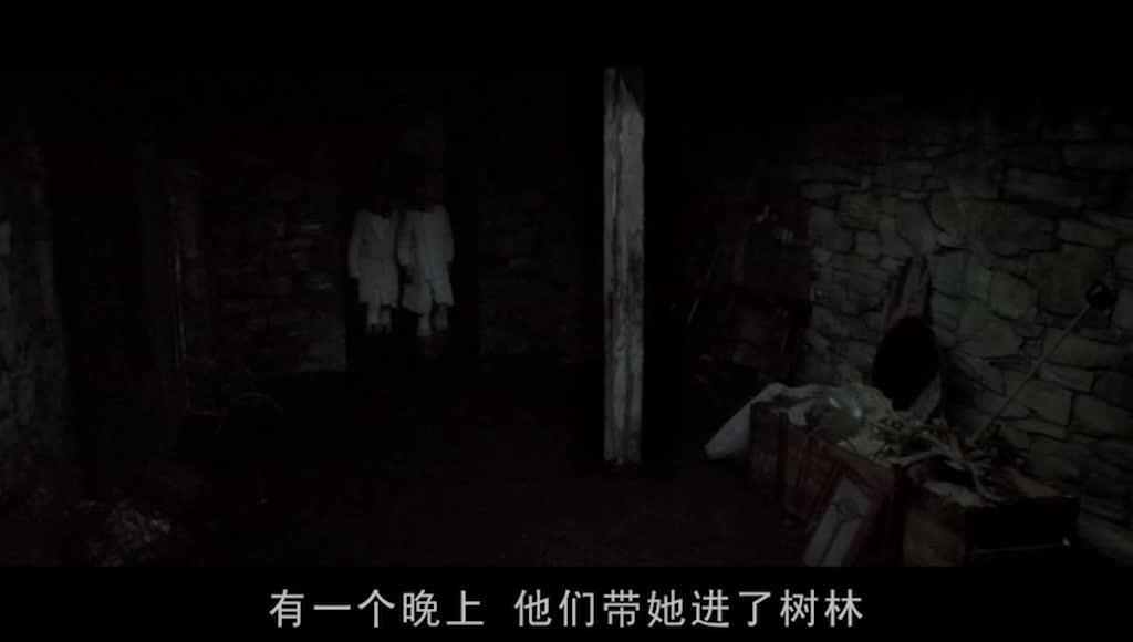 汉娜给同伴讲恐怖故事,汉娜身沾鲜血和同伴跑出森林