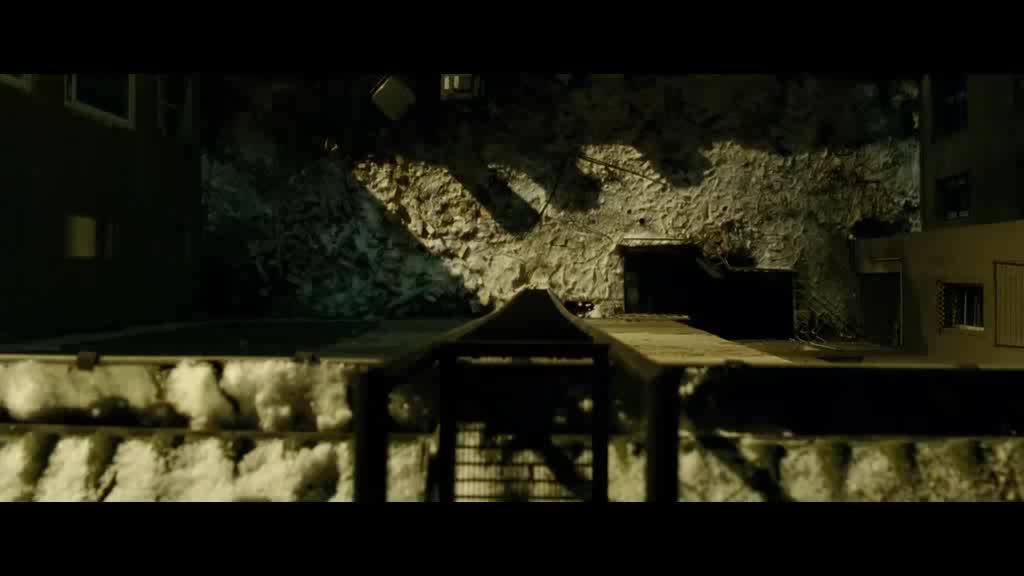 男子躲屋顶上逃过他人搜索