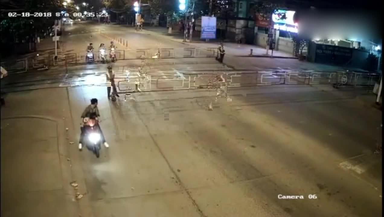 #车祸#交警正在封路,谁知摩托车来得太突然,监控拍下这样的画面