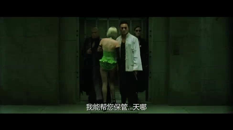 出了电梯就开火,倒挂在房顶上还能开枪,难以置信