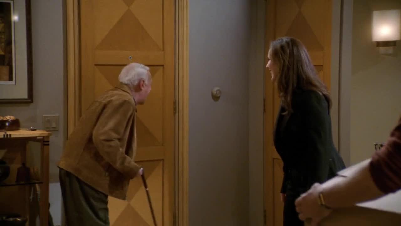 老人进门后,表演了一翻小丑的语言,男子很无奈的搬起箱子