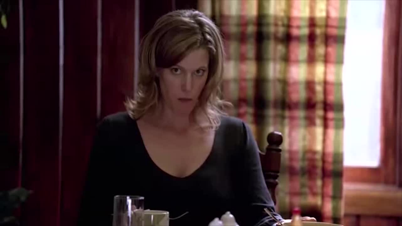 一家人正在用餐,三个人互相对视,气氛有点尴尬