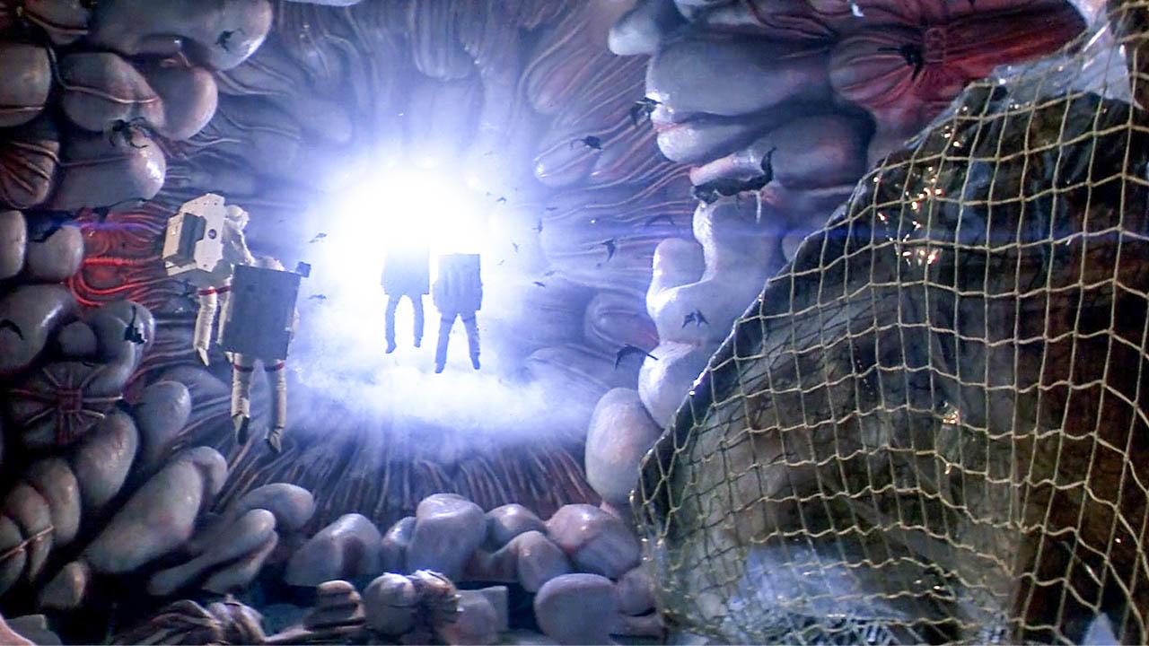 宇航员在彗星内部,发现一艘废弃飞船,却不知里面藏着可怕的存在