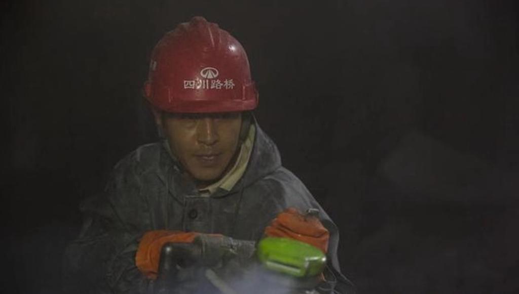 #这个视频666#郭晓峰《大路朝天》:唐真红在工地上,没日没夜的在干活