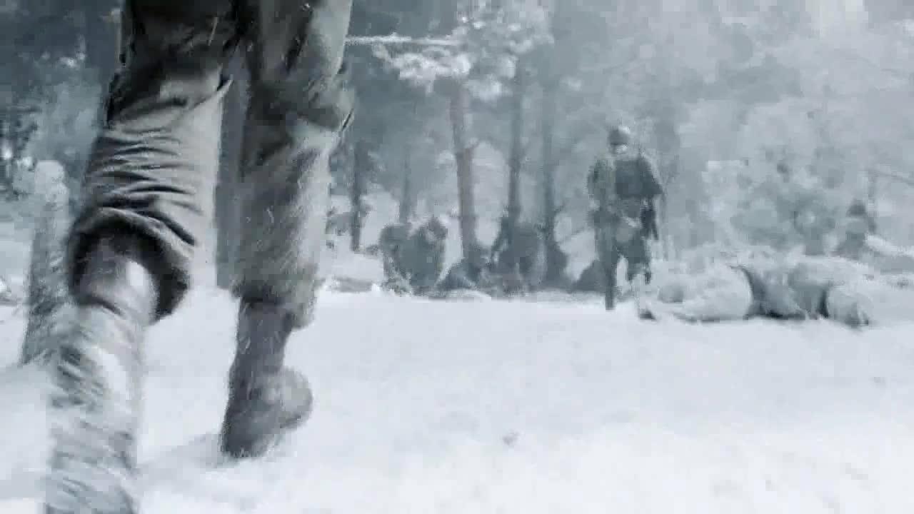 士兵带长官离开,两人正在交谈,那边又有敌情了