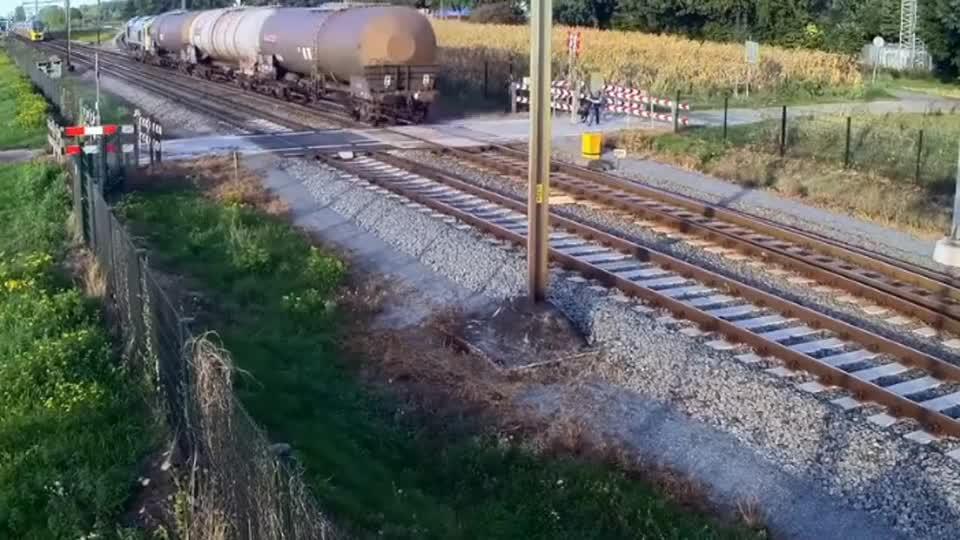 #车祸#自行车男子作死,强行横穿铁路!惊险一幕发生了