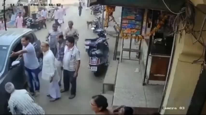 这种瞎眼司机谁遇上谁倒霉,5秒后画面太惨!