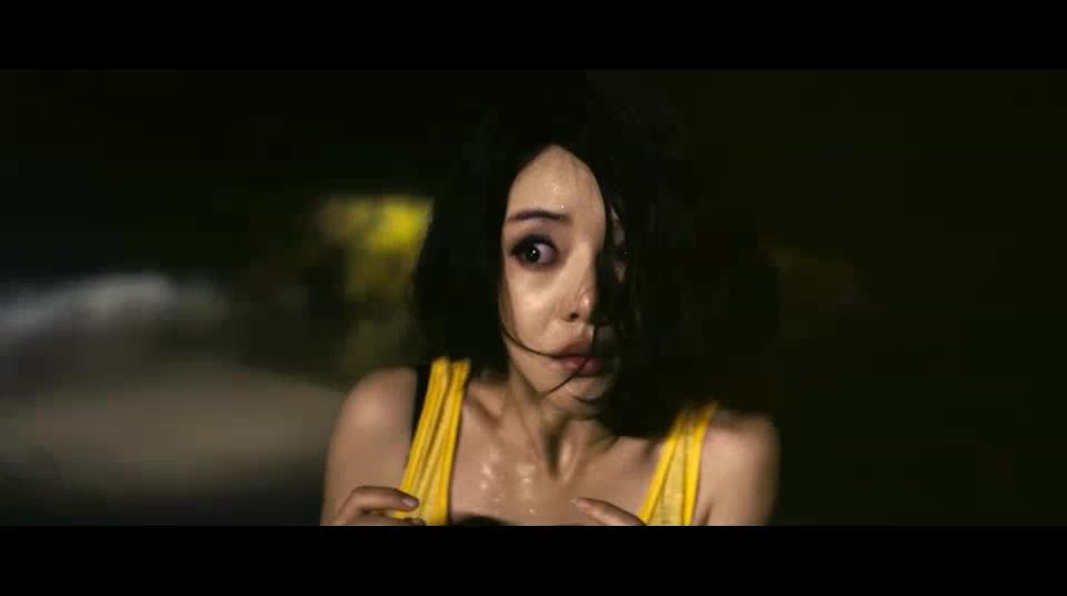 太恐怖了,女子出了车祸,车顶却有一女鬼