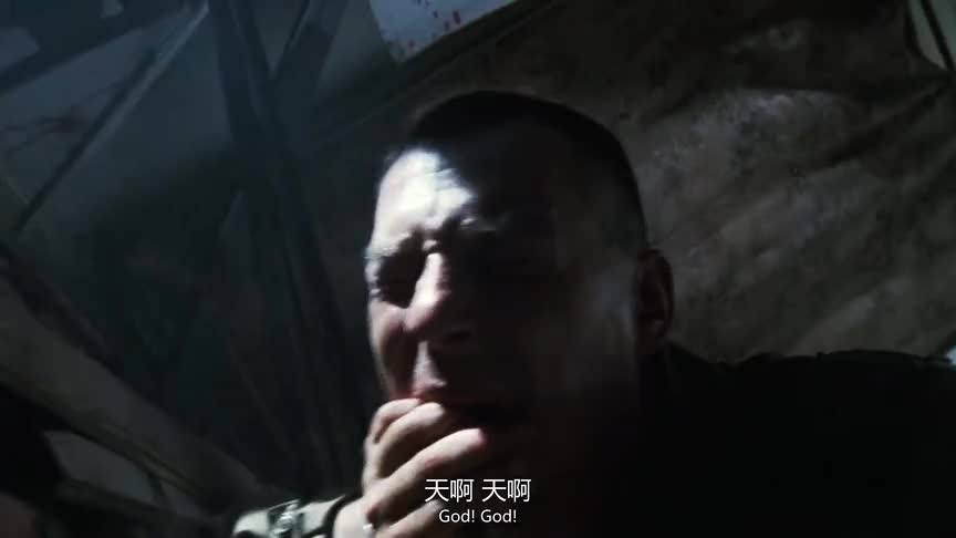 拯救大兵瑞恩:战友正在跟敌人厮打,小伙拿着枪却在门外犹豫