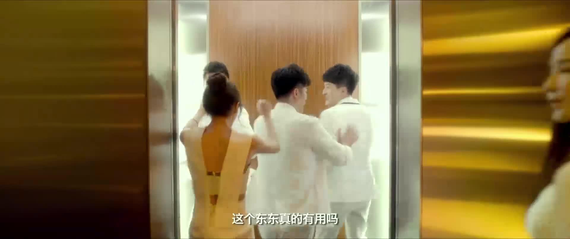 几个人坐电梯回家,不料直接穿越了,下电梯所有人都懵了