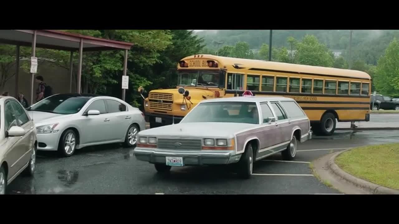 #经典看电影#妇女开车被学生丢垃圾,直接开车门一人一脚踹翻