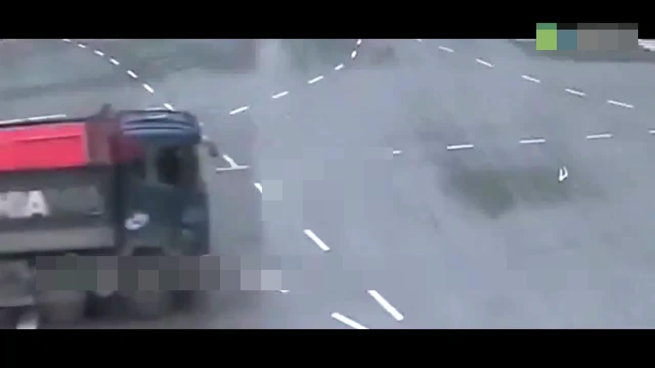 几十吨的大货车马路飘逸,看呆众车