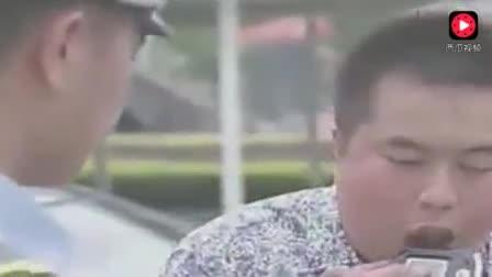 小伙醉驾交警让他吹测酒器、结果吹出了几首曲子、交警听呆了