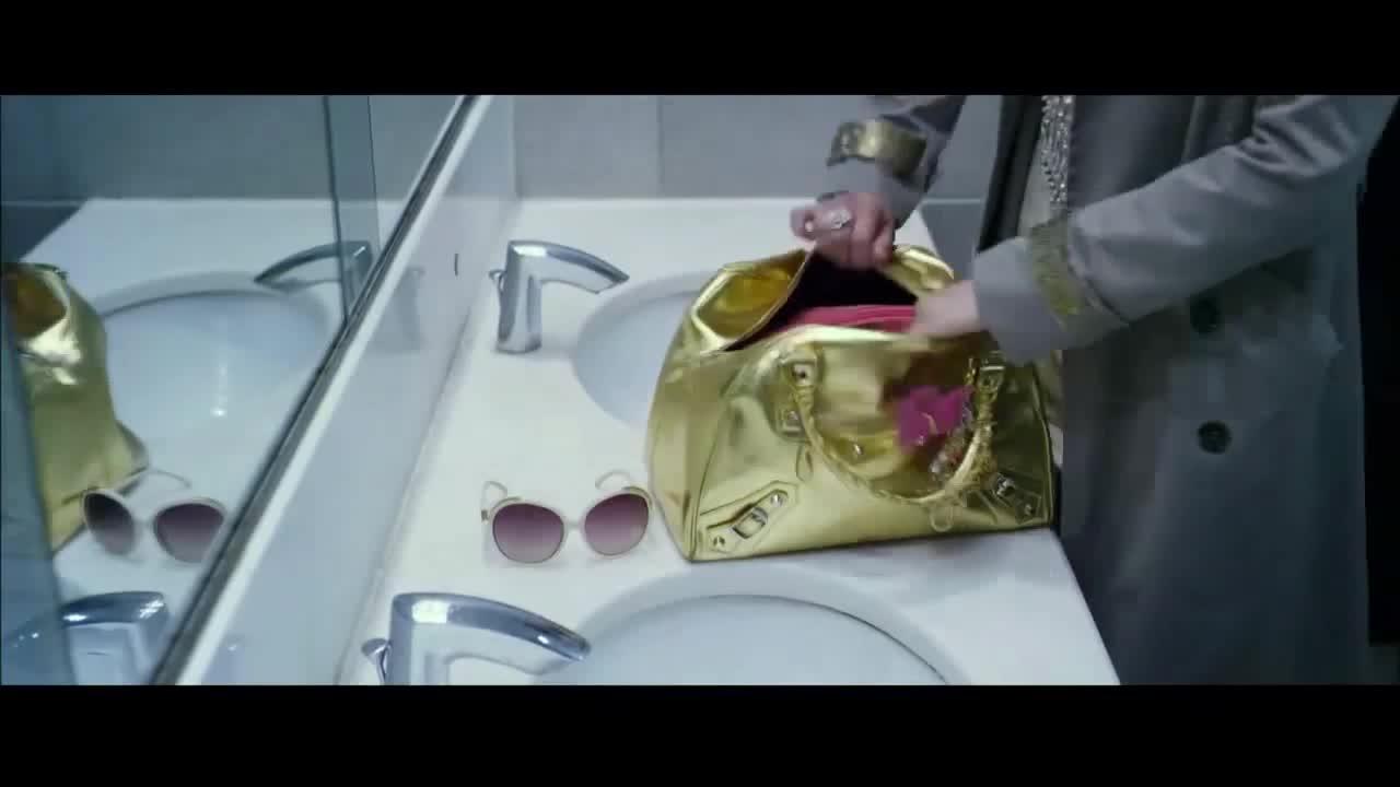 富婆霸气出场,在厕所做出这种事情,逗极了