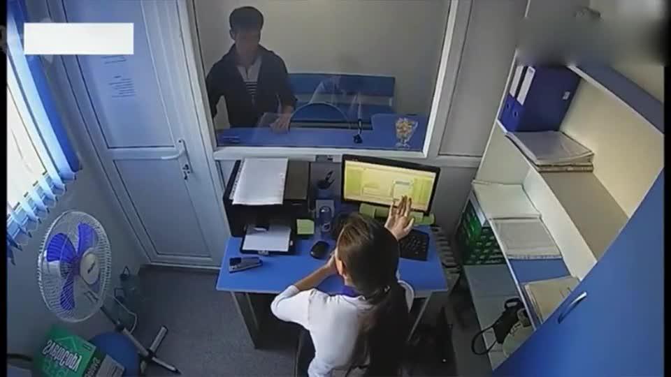 年轻女子正在办公,男子突然破窗而入,监控拍下不耻一幕!