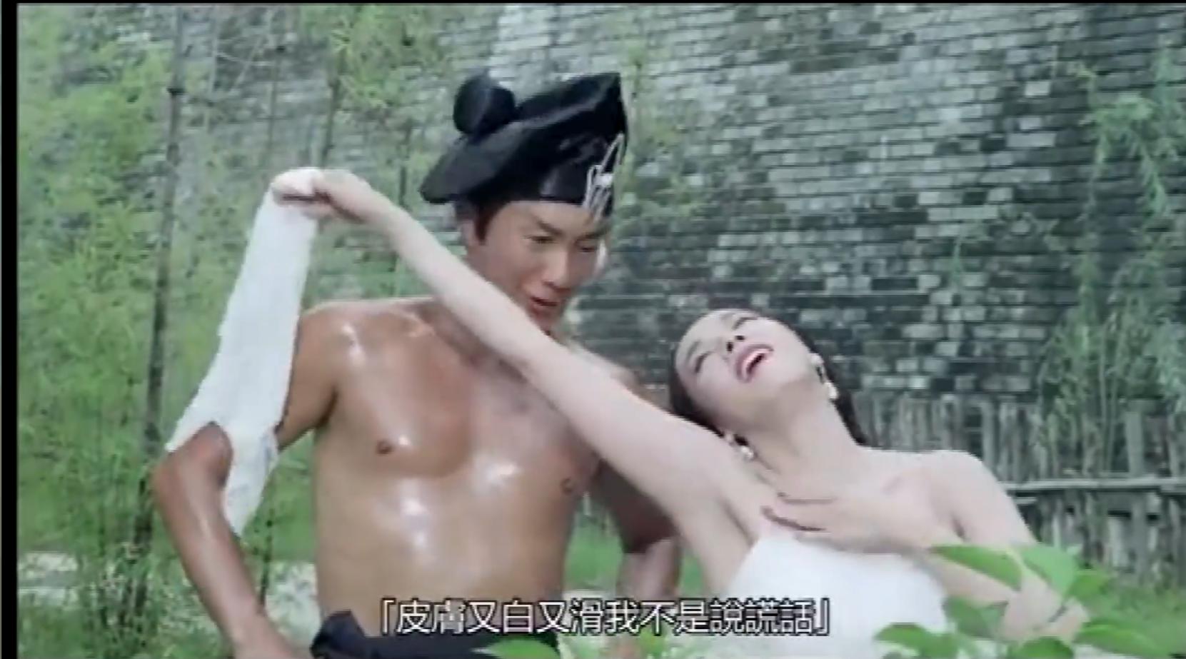 #电影片段#潘金莲的皮肤真好,准备和武松暧昧一下,武大郎气的诈尸了