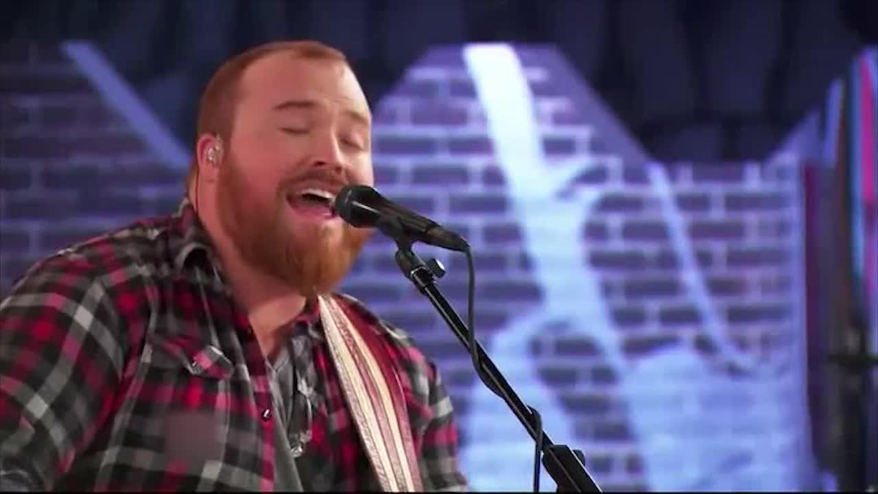 他唱起歌来,总是激情四射,他想回家乡参加一个表演