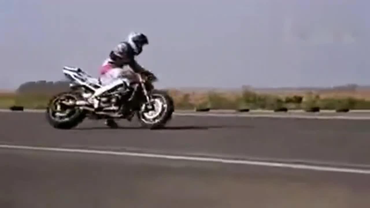 技术厉害 女摩托车手的精彩特技表演