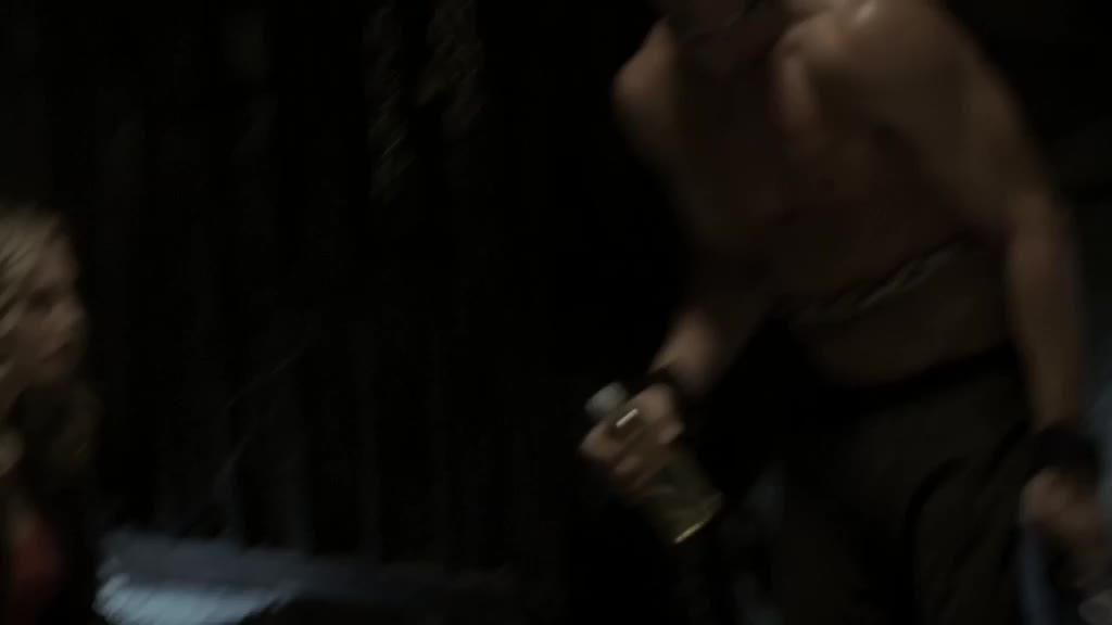 铁链加上肌肉 哇哦