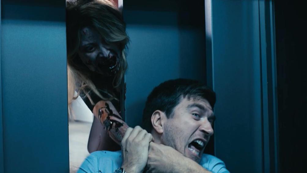 #电影最前线#欧美小伙被困电梯,打电话求救,不料出现丧尸!