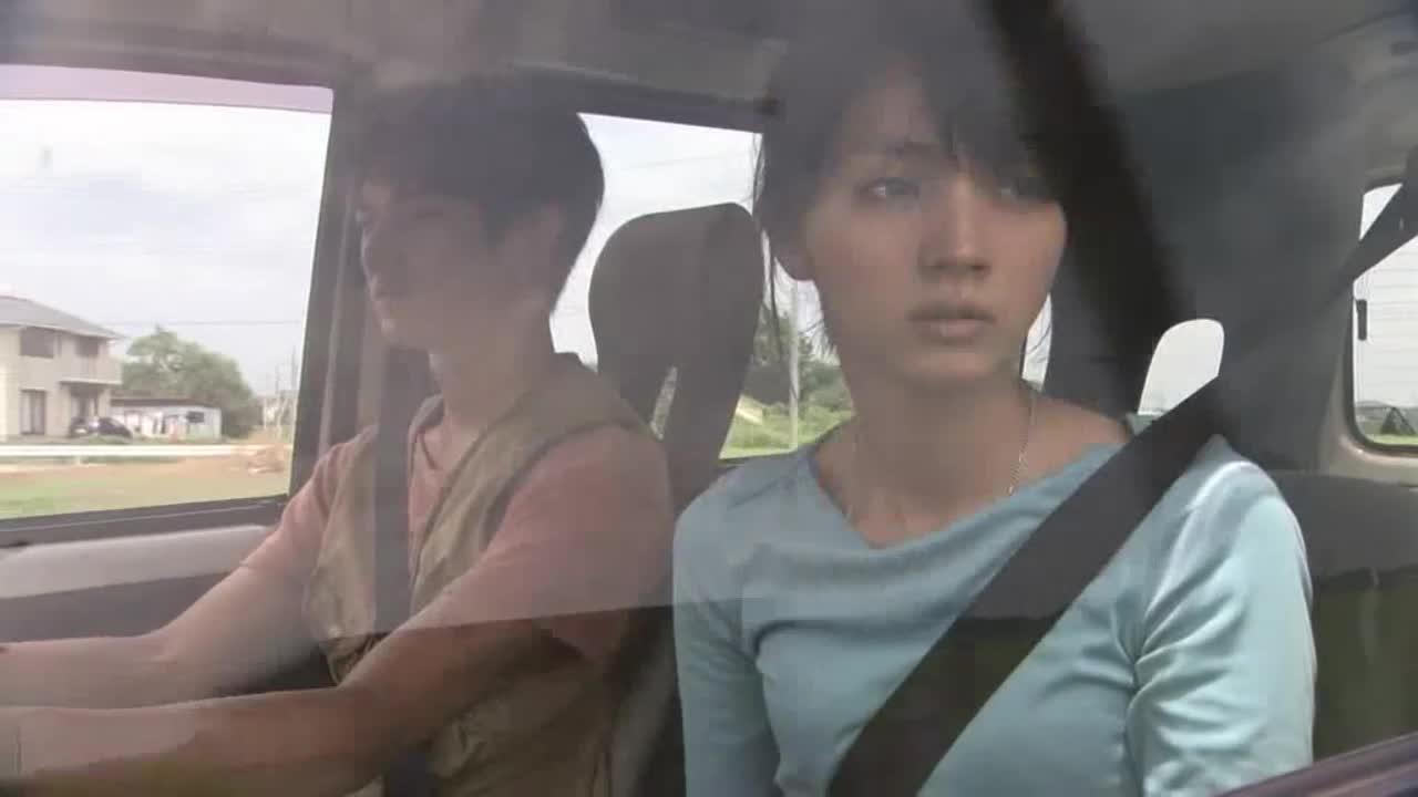 女子跟男子抱怨,男子突然停车,生气的怒吼女子