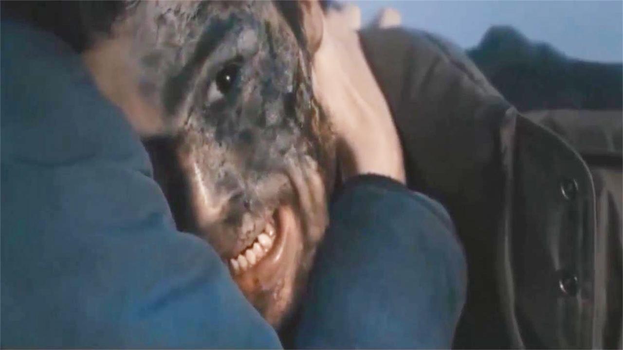#惊悚看电影#神秘入侵者偷袭小镇,为救妻子小伙变身怪物,速看《三十极夜》