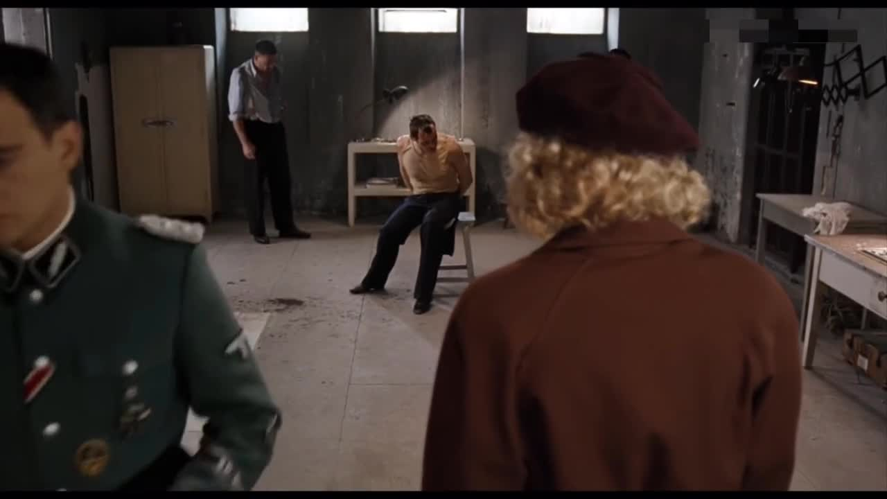 #经典看电影#女特工受审时,真的被吓尿了裤子