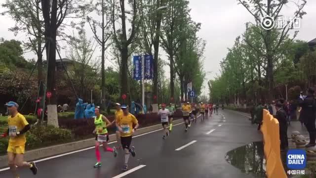 全城热动 武汉马拉松雨中开跑