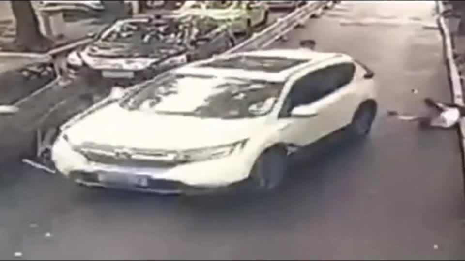 """女司机倒车惊现""""神操作"""",丝毫没给他们反应的机会!悲剧了"""