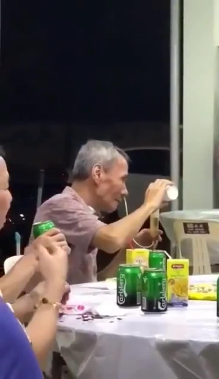 大爷竟然这样喝酒,不得不服啊,你大爷还是你大爷