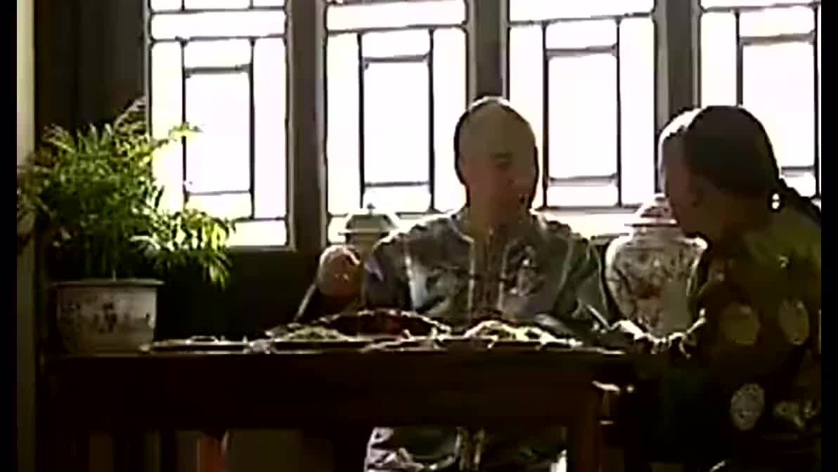 和珅跟纪晓岚讲,要在乾隆死前布局,当时乾隆就在旁边