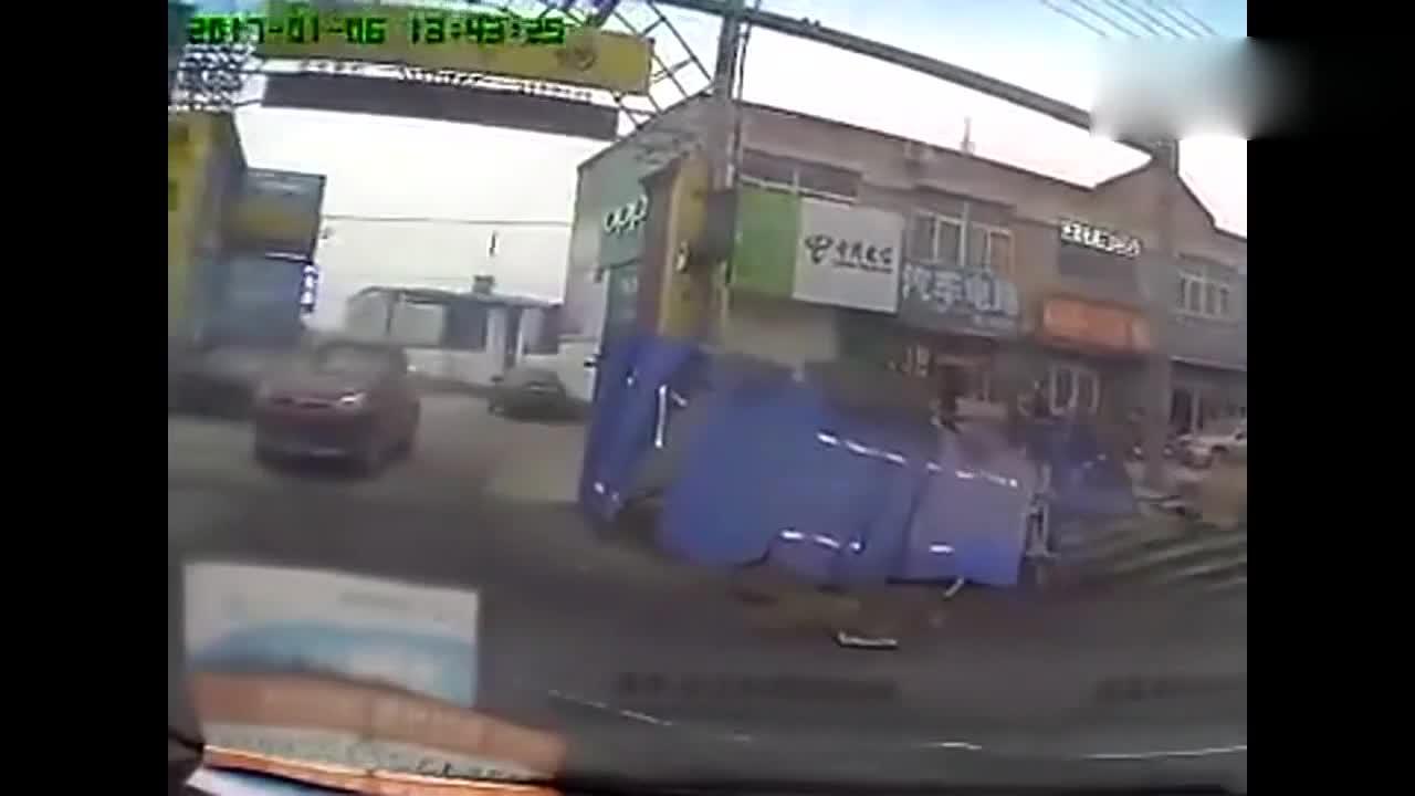 大货车刹不住车:小货车这下惨了!