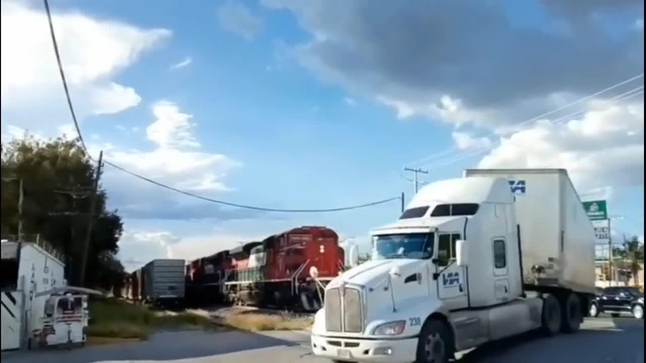 货车司机作死,无视火车的提醒!5秒后画面真惨