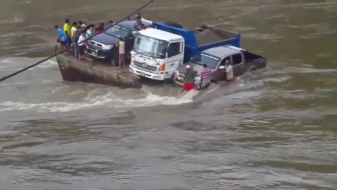 """""""绝望""""一群人跟着大货车过河, 现场瞬间变成死亡直播!"""