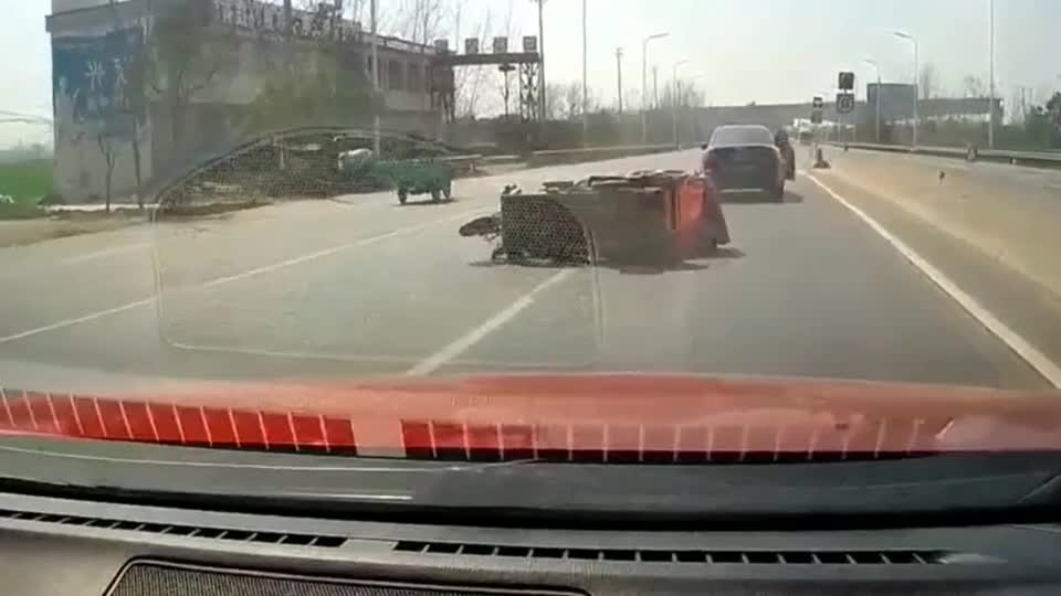 载客三轮在快车道上横行三秒后监控就拍下小轿车反击一幕