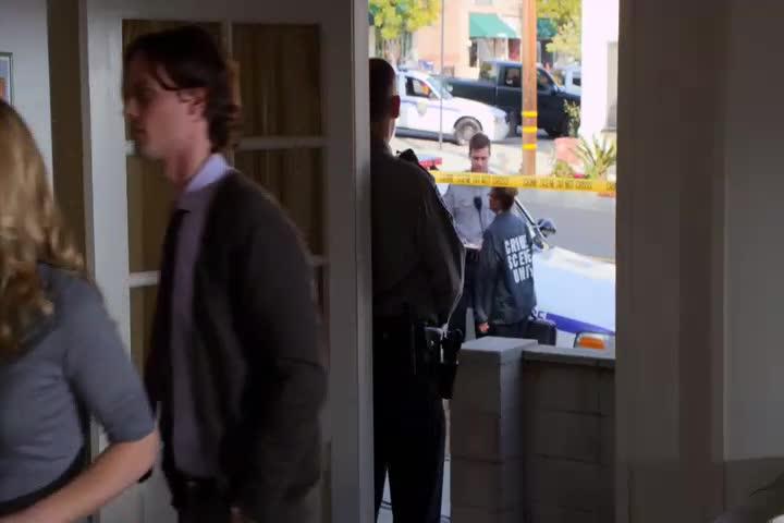 探员来到案发现场,警察介绍现场情况,探员发现线索!
