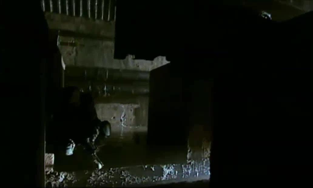 在幽深阴暗的地下通道里一支执行神秘任务的特殊部队